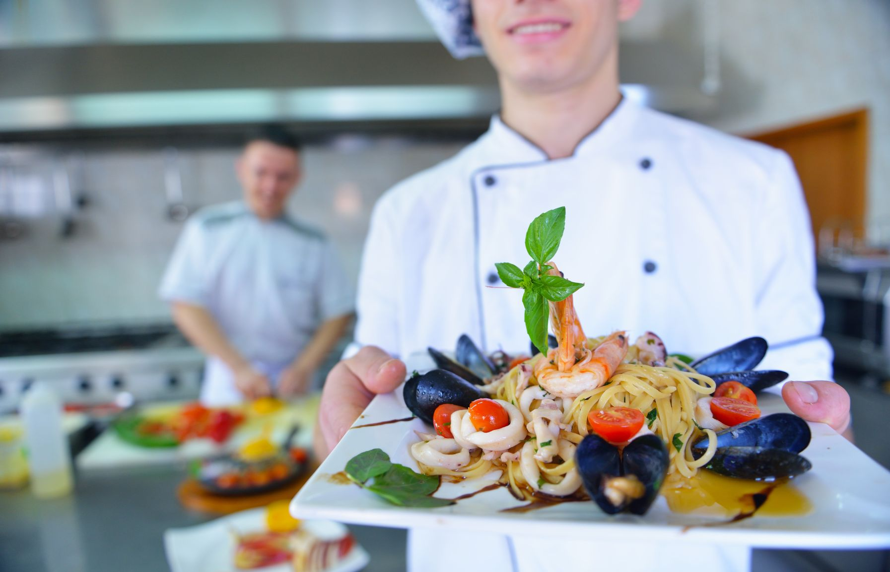 Kellner mit Hauptspeise