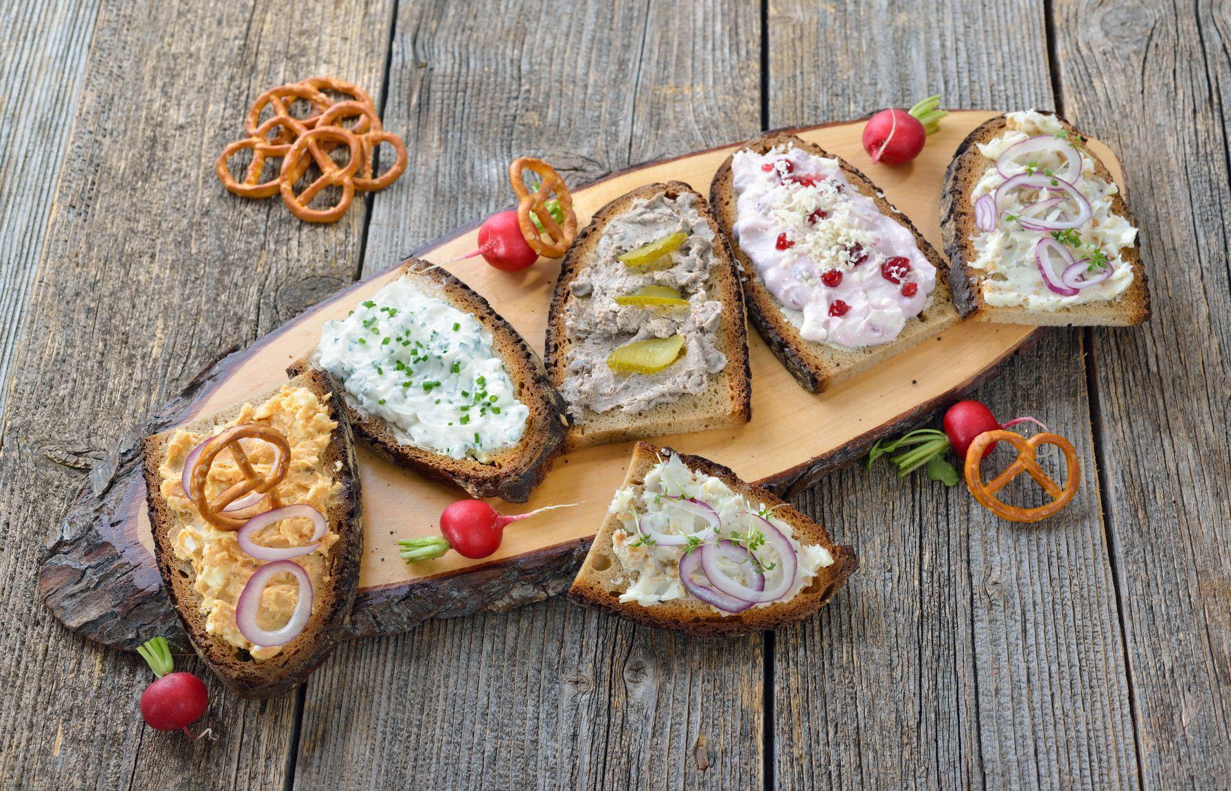 Brote mit verschiedenen Aufstrichen