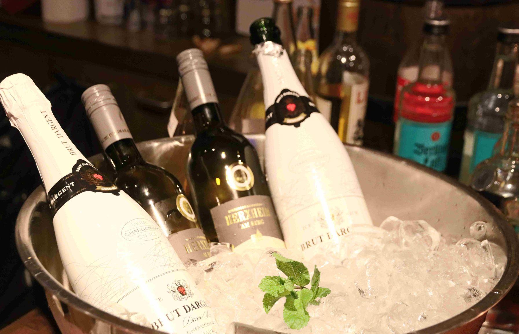 Sekt und Wein in Eis gekühlt