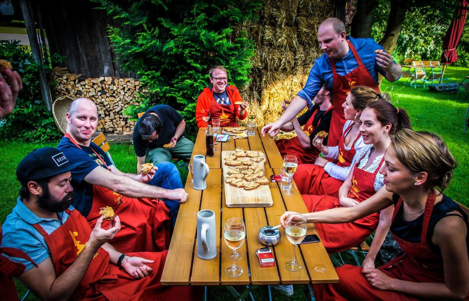 Team beim Essen im Freien