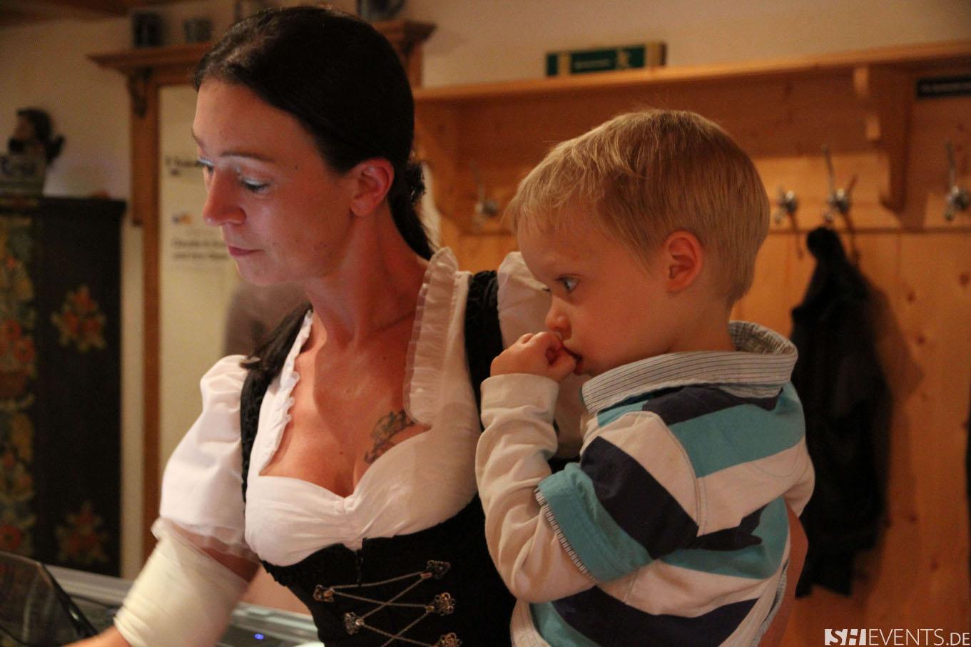 Mutter und Kind beim Hüttenevent