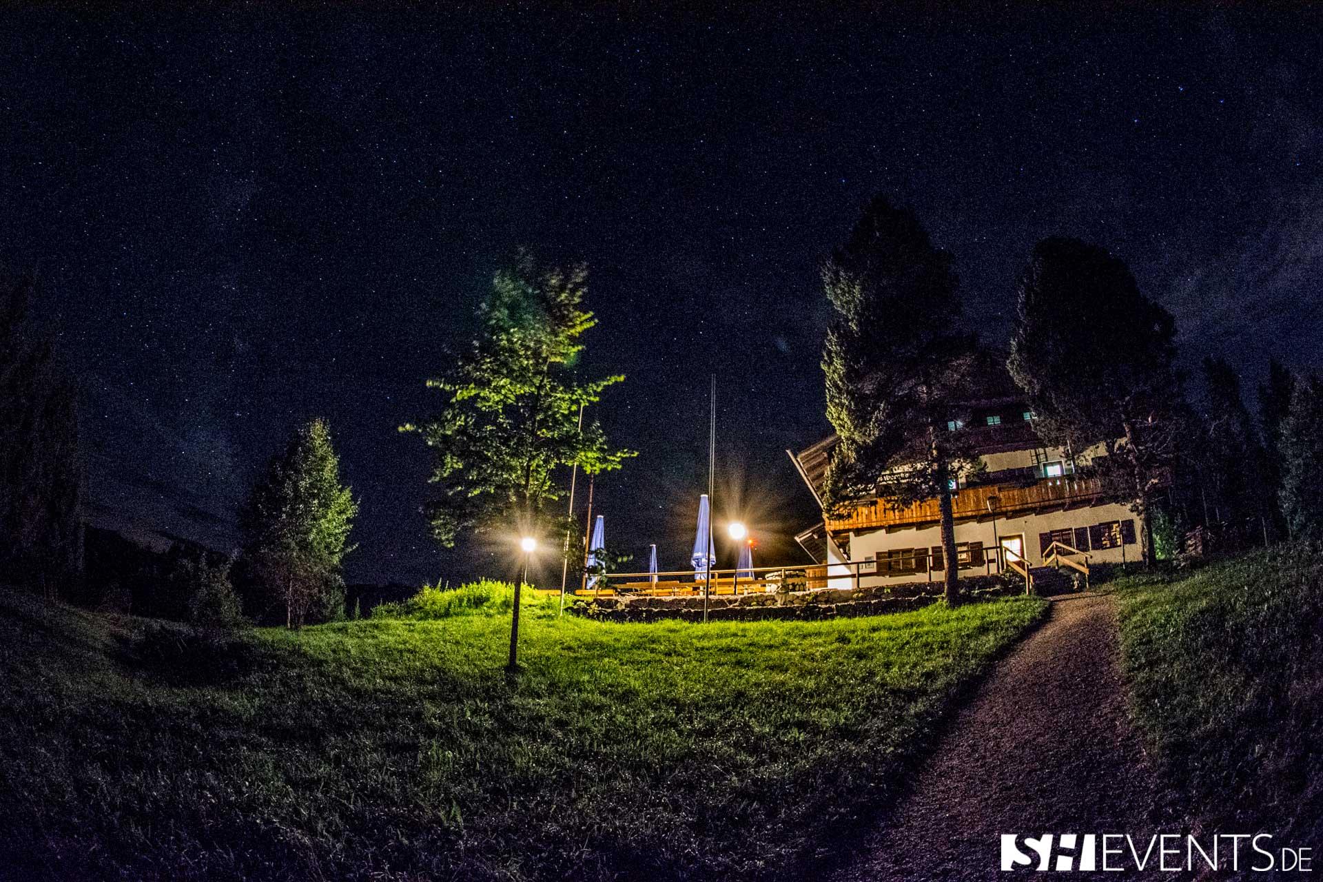 Hüttenevent bei Nacht