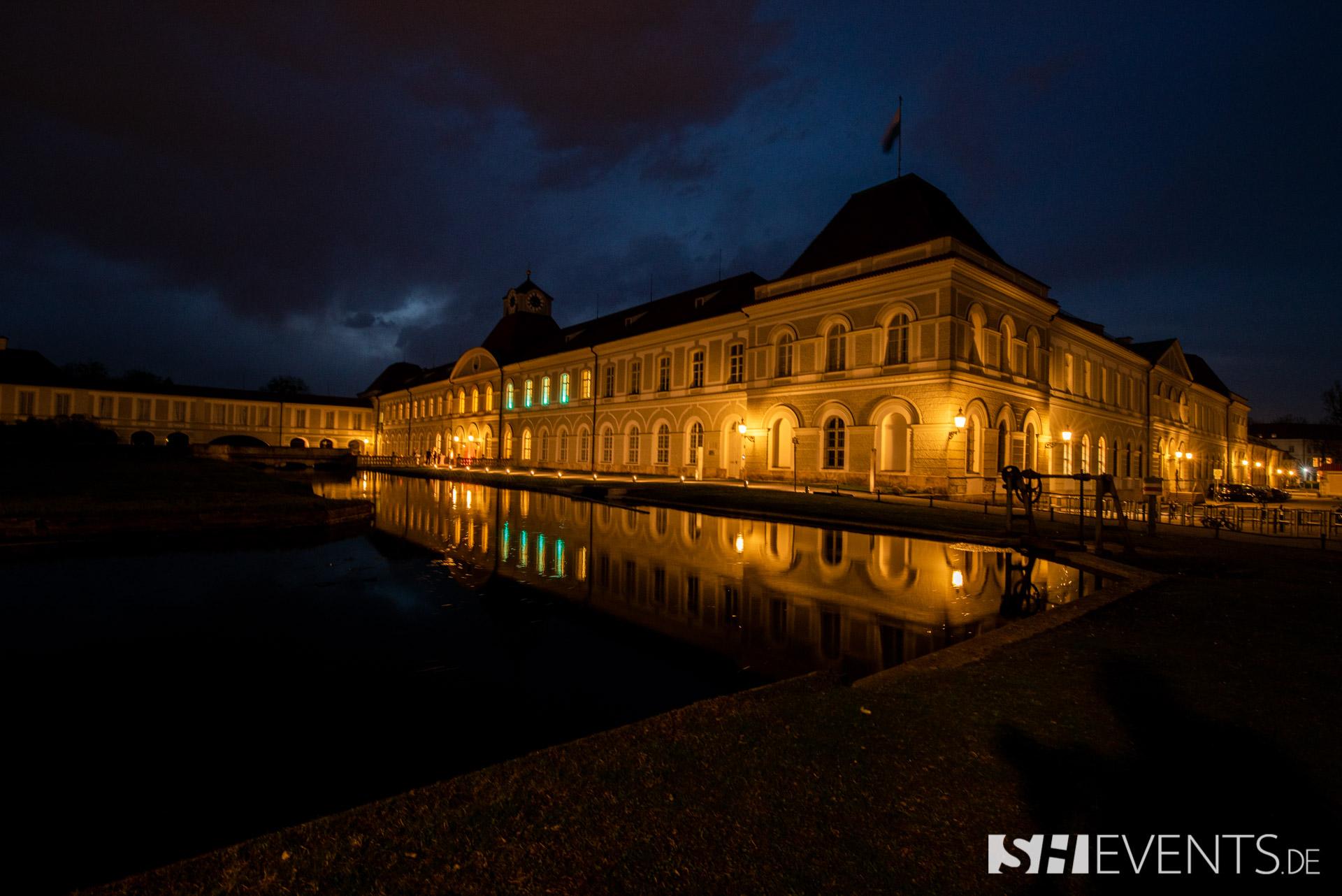 Beleuchtetes Schloss bei Nacht