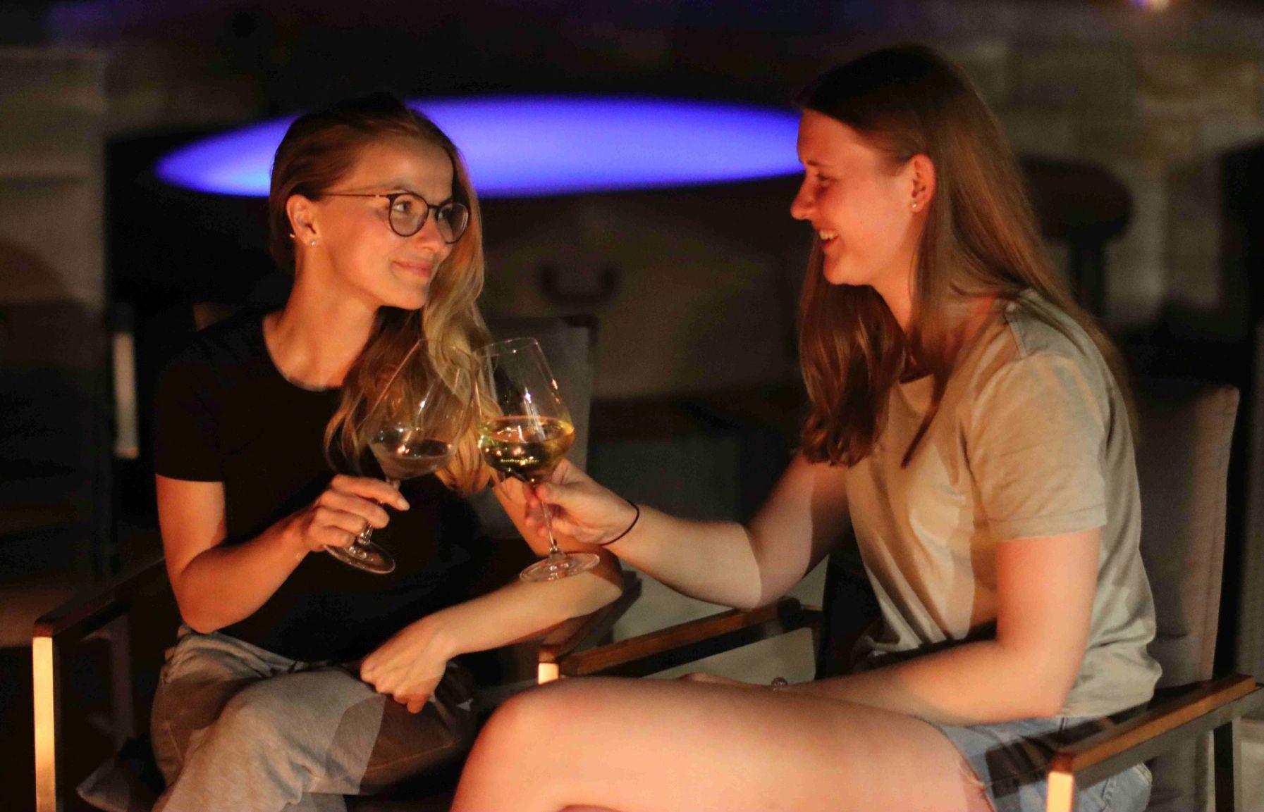 Frauen stoßen mit Wein an