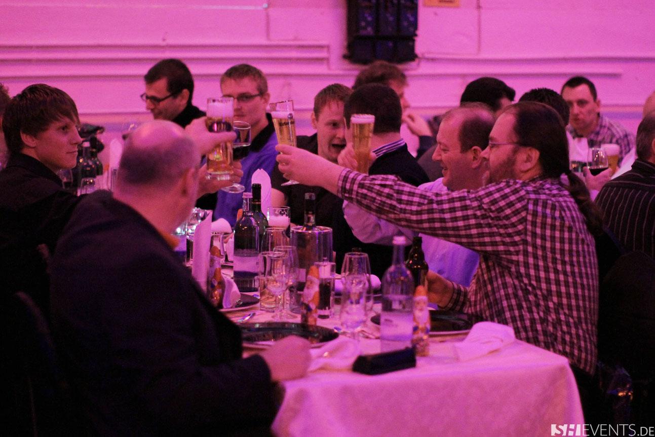Gruppe am Tisch stößt an