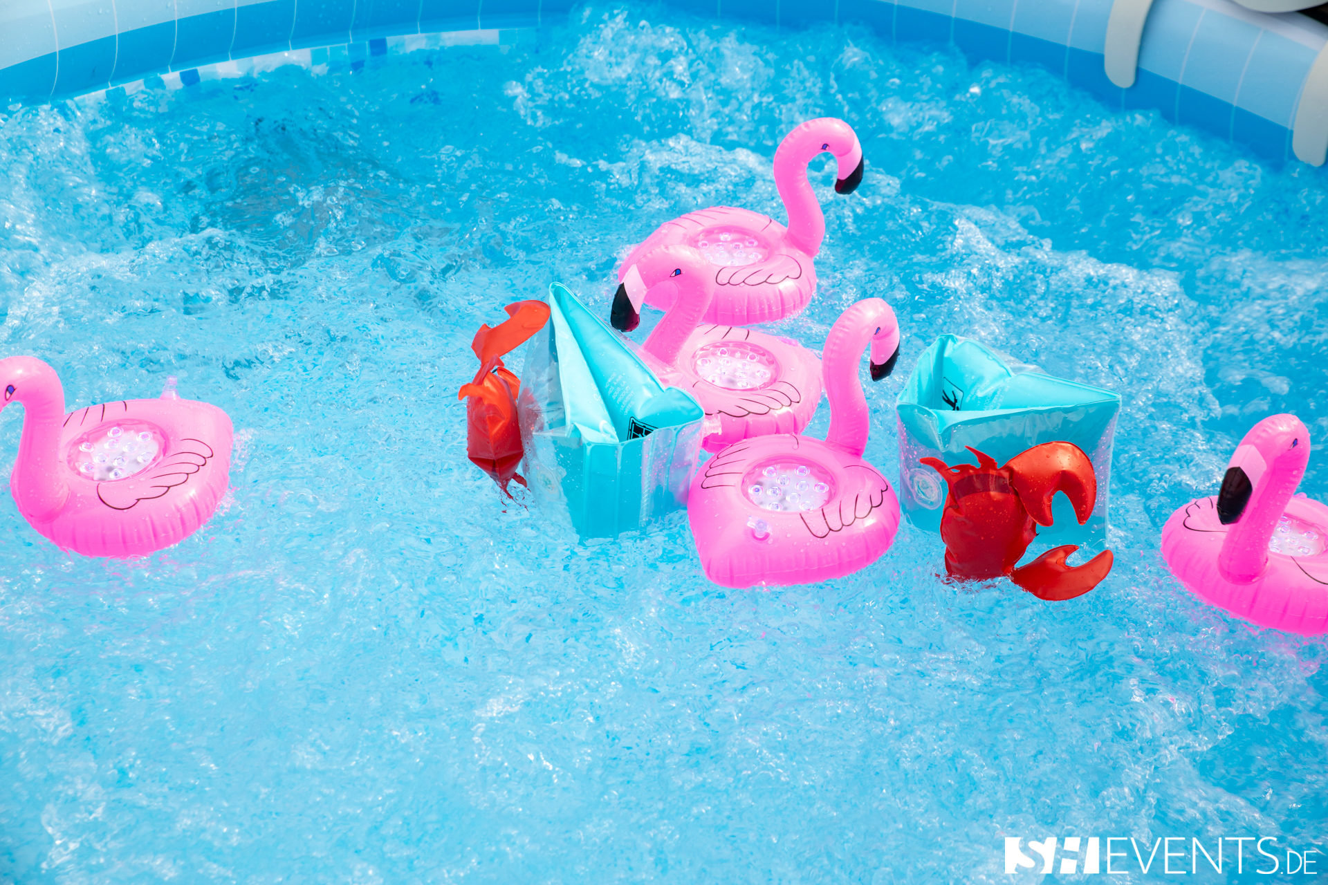 Aufblasbare Flamingos in Pool