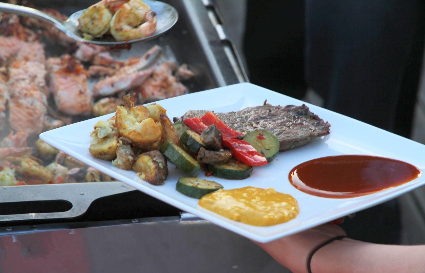 Steak und Gemüse mit Kartoffeln vom Grill