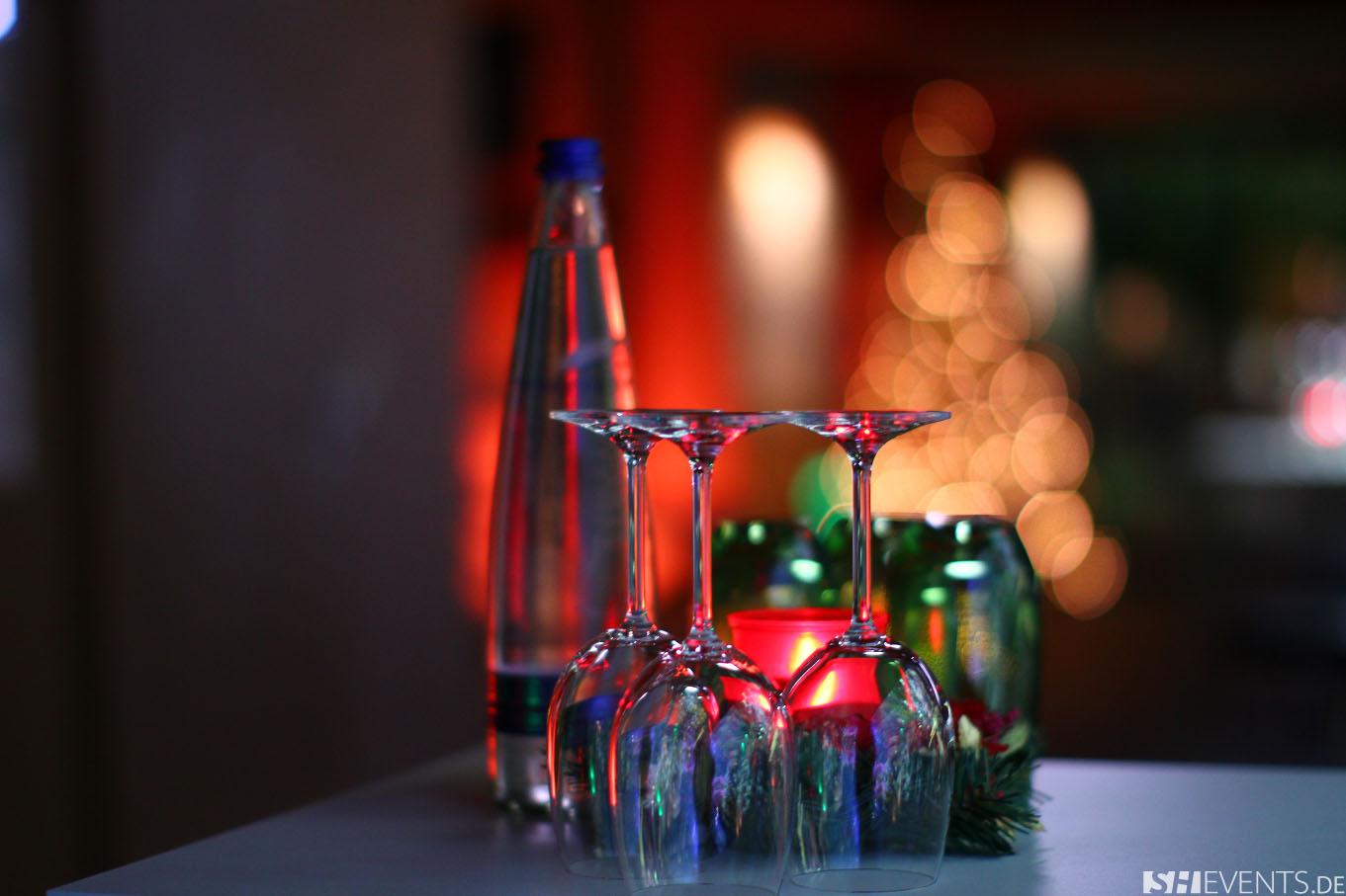 Gläser und Wasserflasche