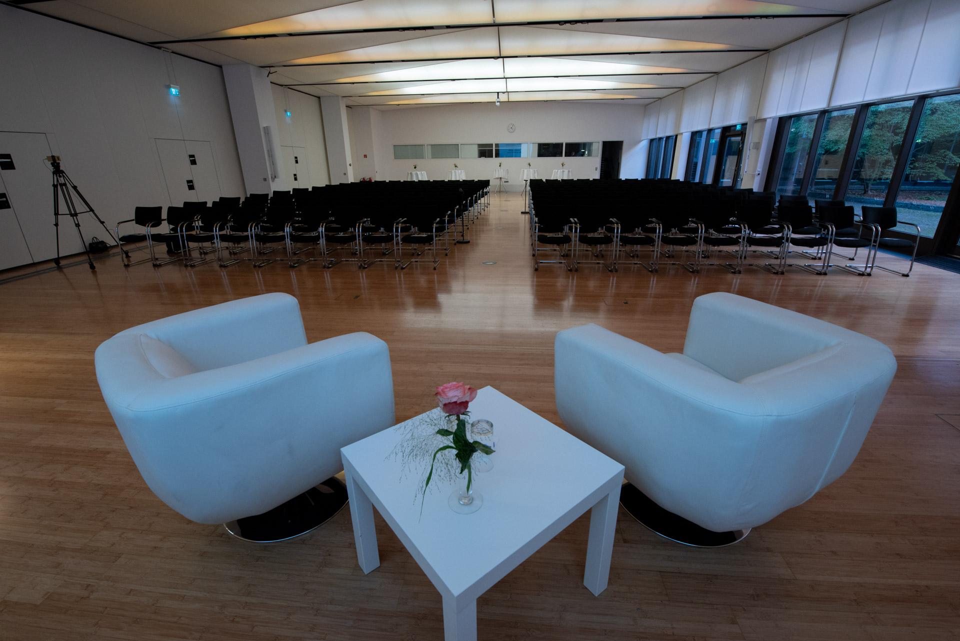 Tagungsraum mit Stühlen