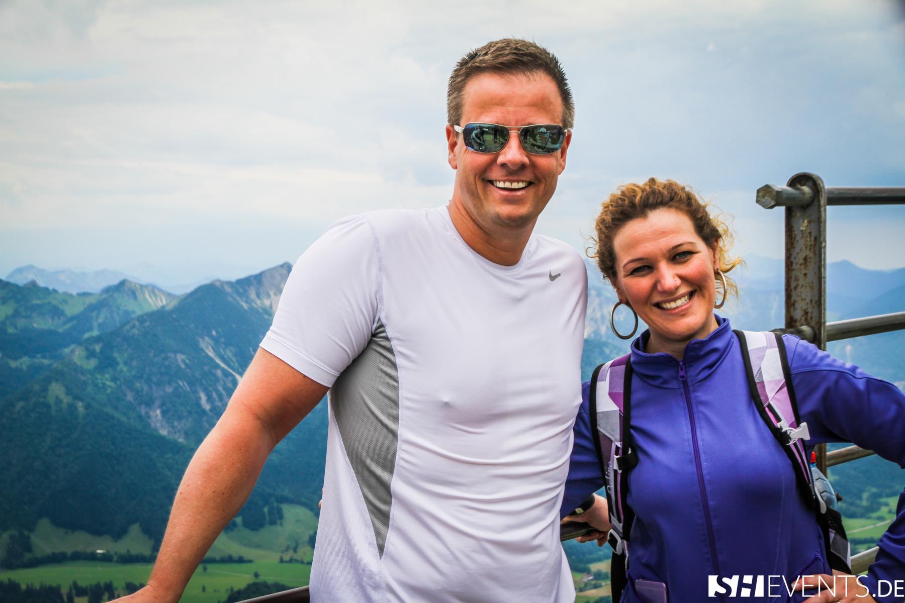 zwei Personen auf dem Berg