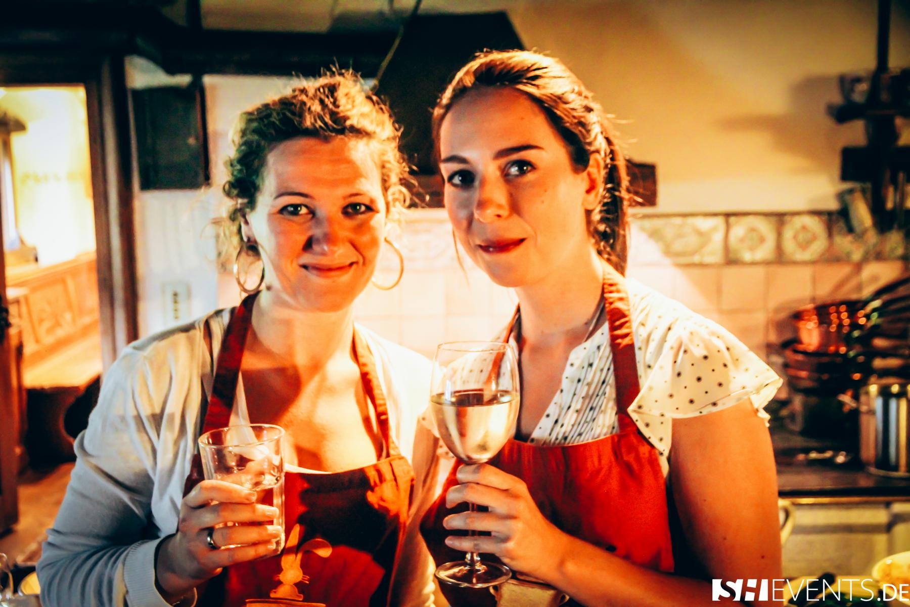 Damen mit Getränken im Berg- und Bauernhaus