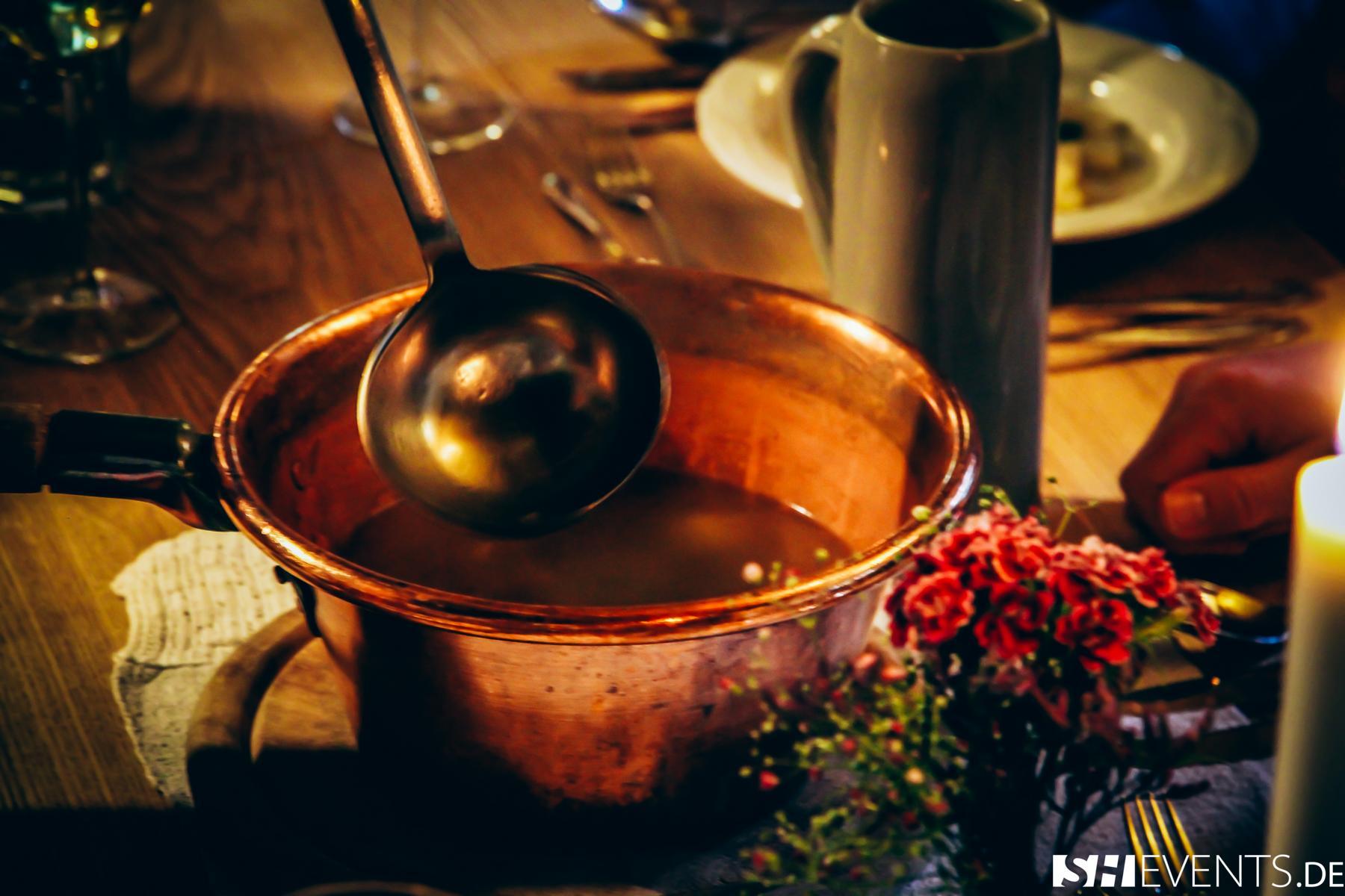 Kessel mit Suppe im Berg- und Bauernhaus