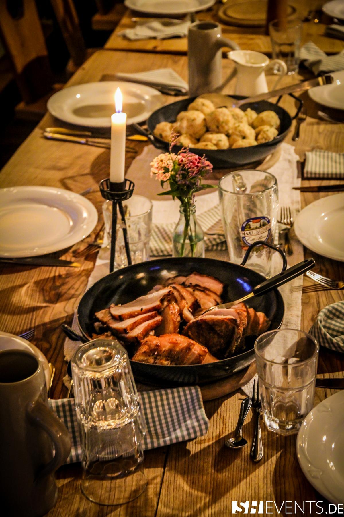 Tisch mit Speisen im Berg- und Bauernhaus