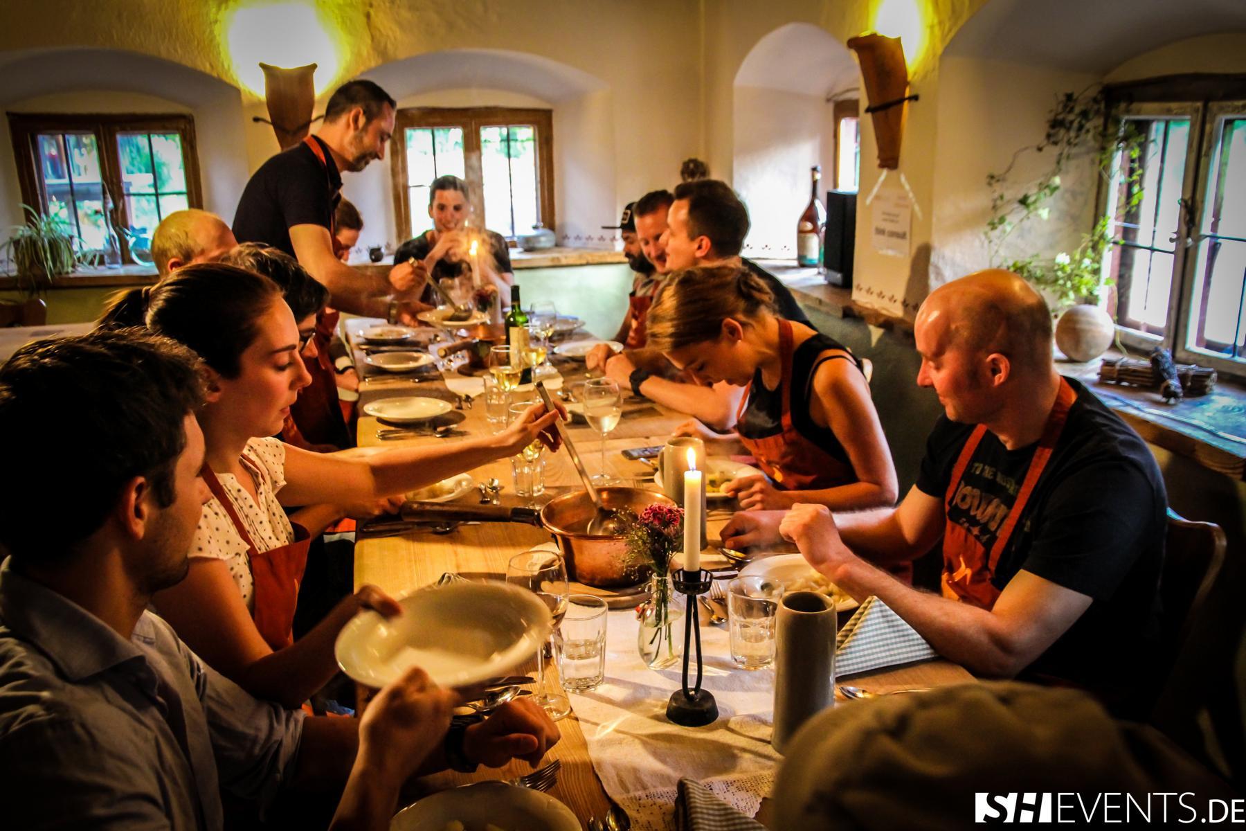 Gäste beim Essen im Berg- und Bauernhaus