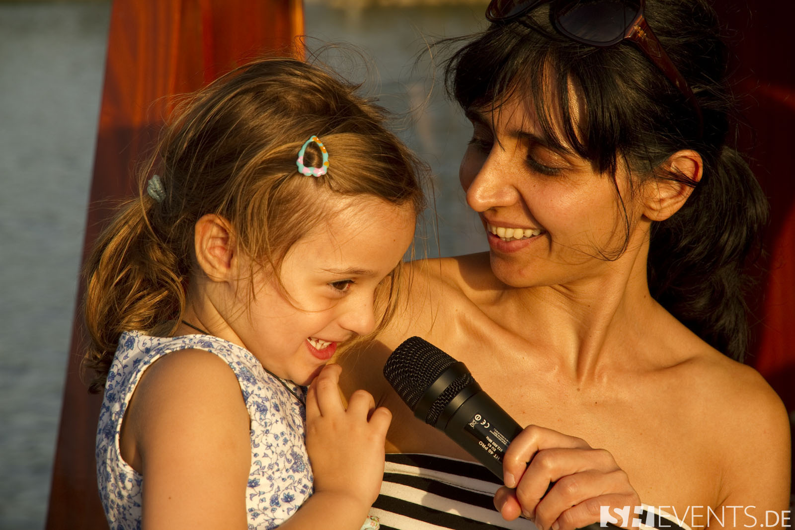 Frau mit Kind am Mikro