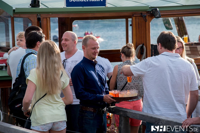 Kellner mit Getränken und Gruppe auf dem Boot