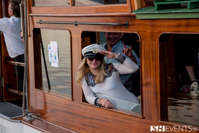 Kapitänin schaut aus Bootsfenster