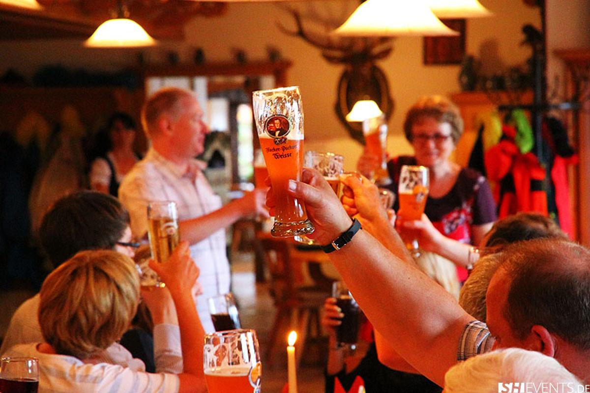 Gäste halten Bier in die Höhe