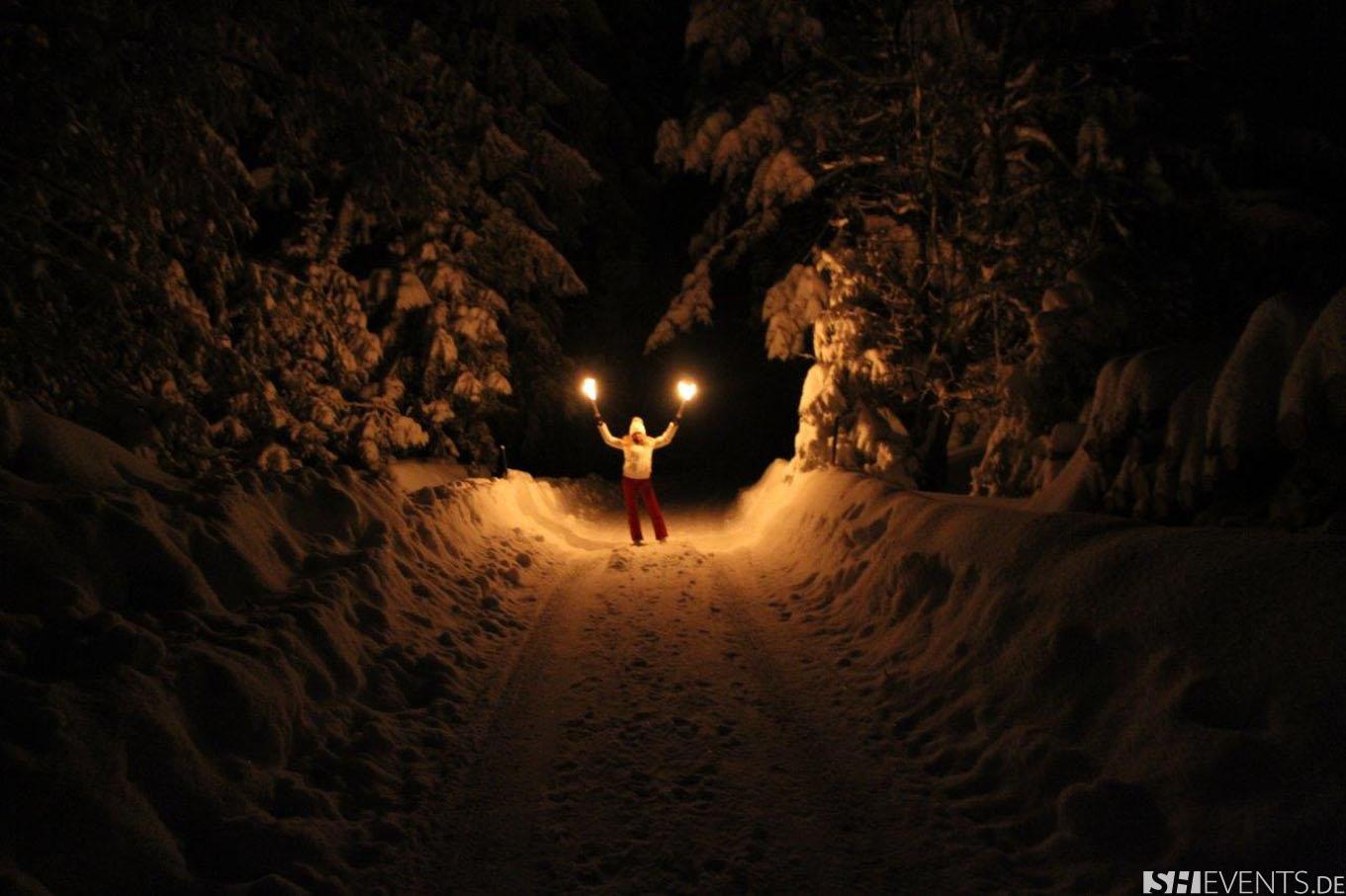 Dame mit Fackeln im Wald