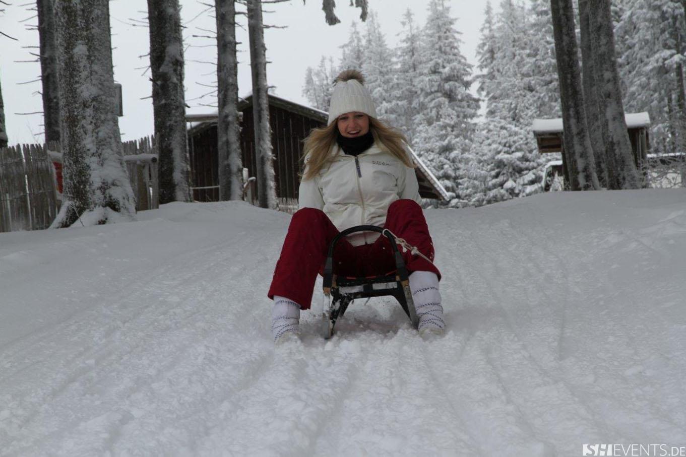 Dame beim Winterrodeln