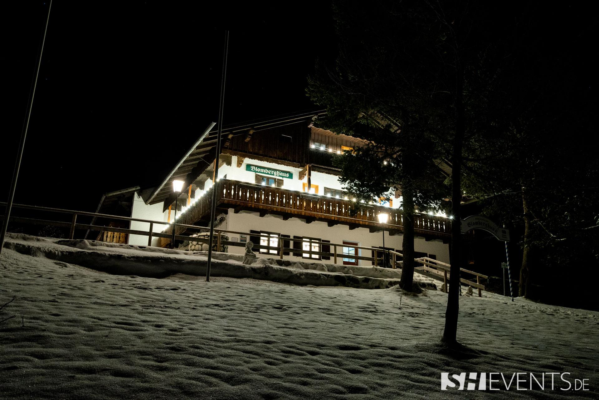 Hütte von Außen mit Schnee