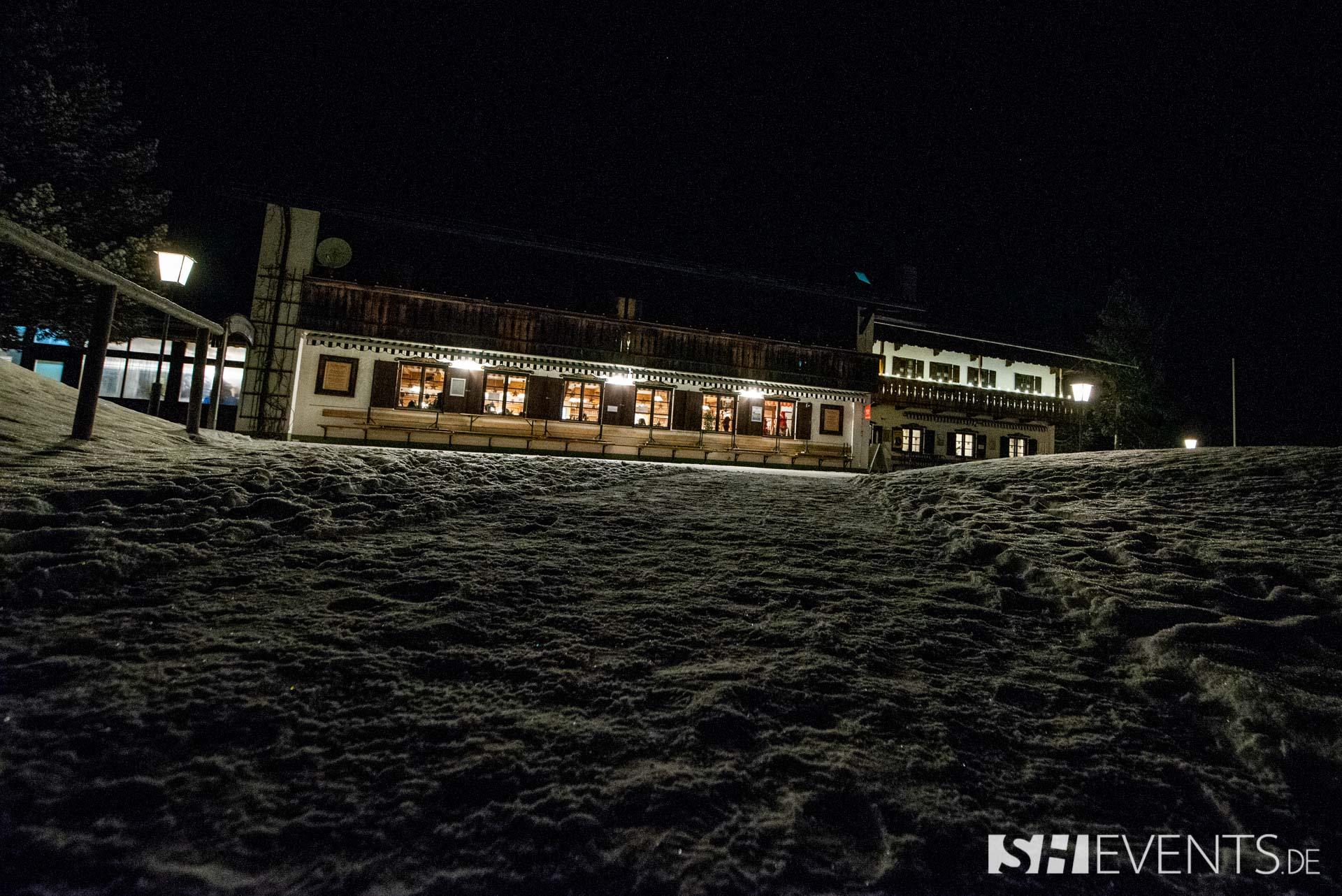 Hütte in der Nacht von außen