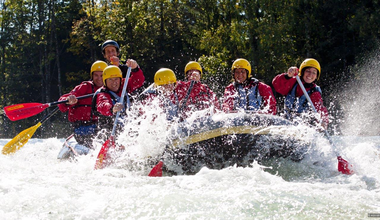 Isar Rafting - Gruppe in Boot