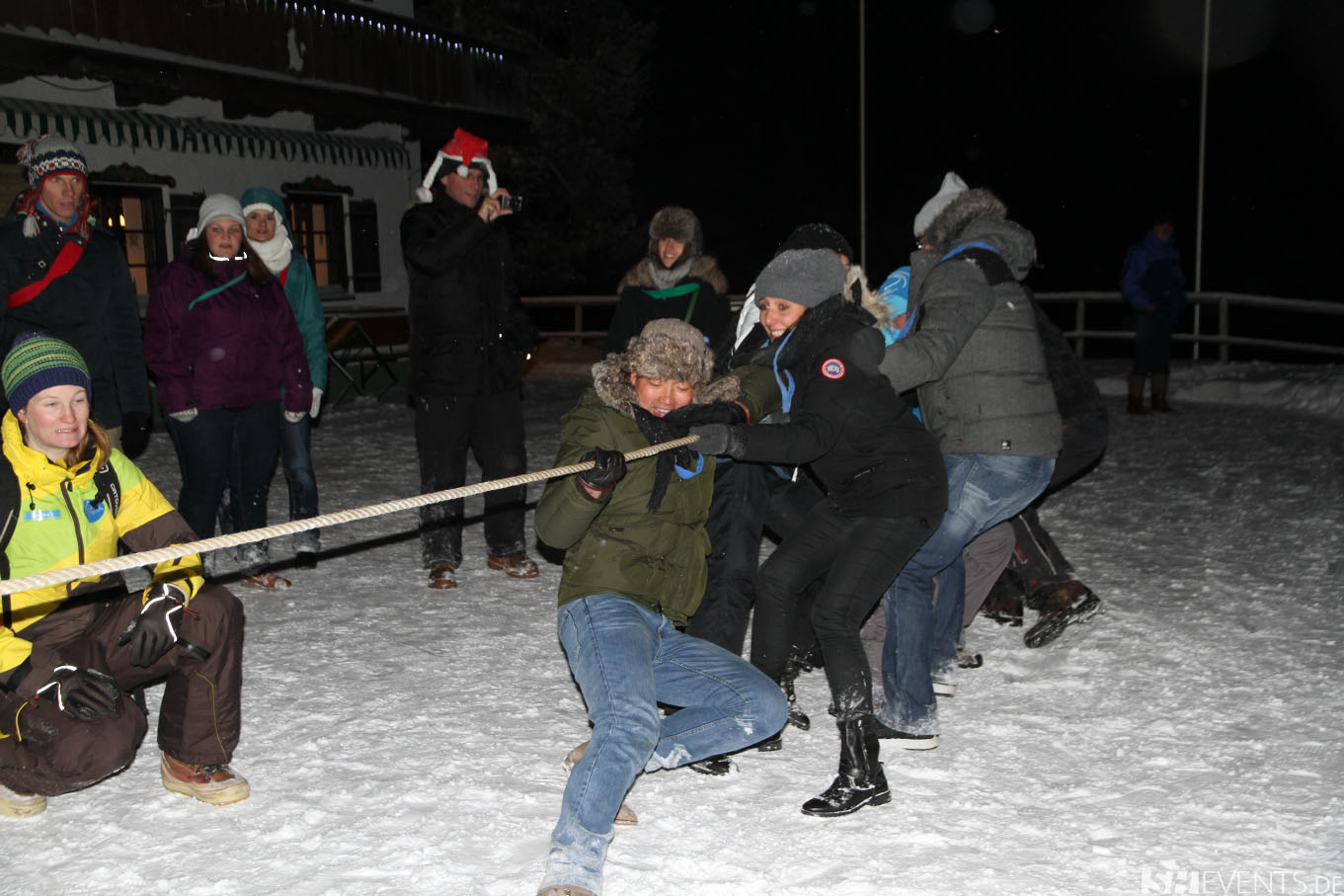 Gäste beim Seilziehen im Schnee