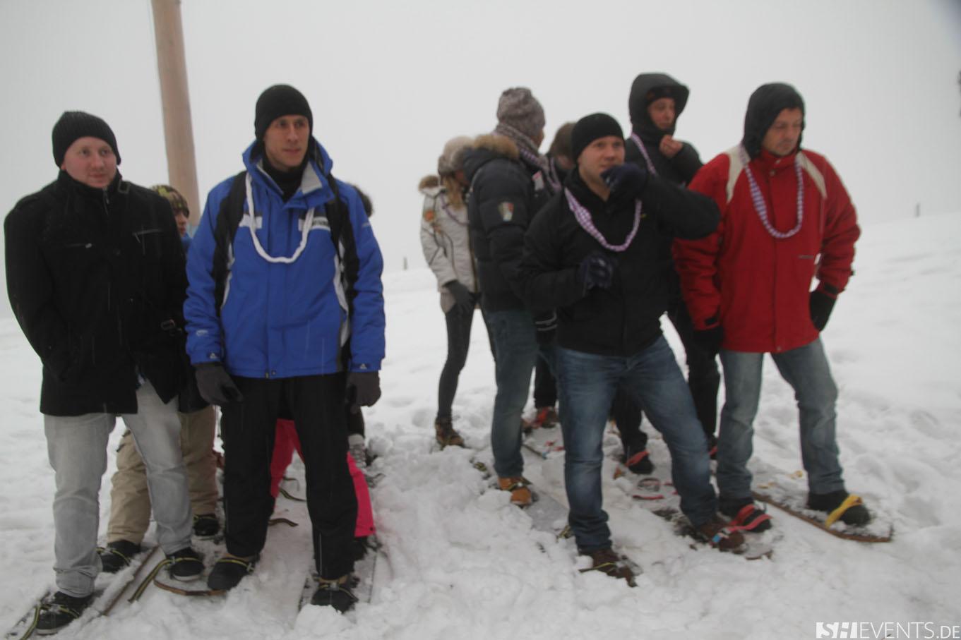 Zwei Gruppen beim Teamskilauf im Schnee