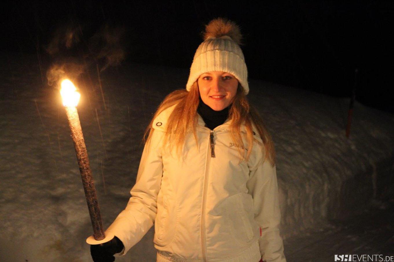 Dame mit Fackel im Schnee