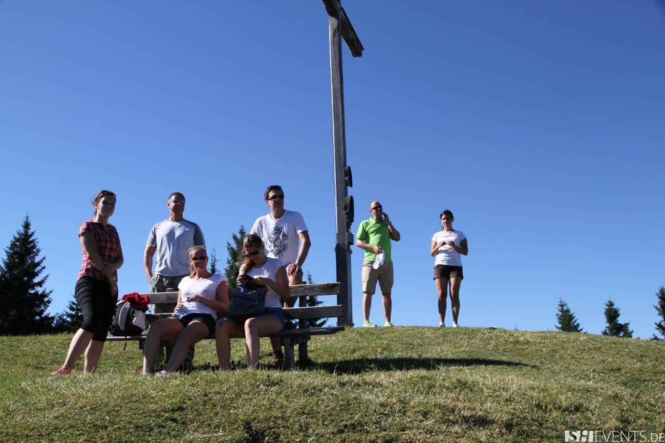 Gäste genießen die Aussicht am Gipfelkreuz