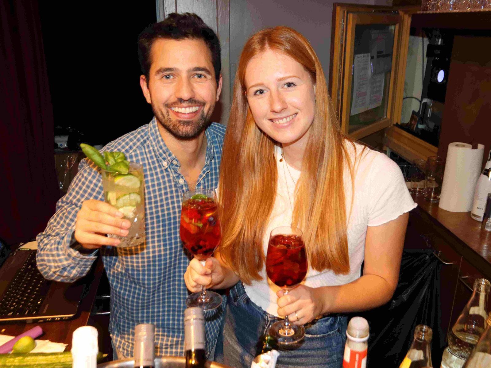 2 Barkeeper mit Getränken hinter der Bar