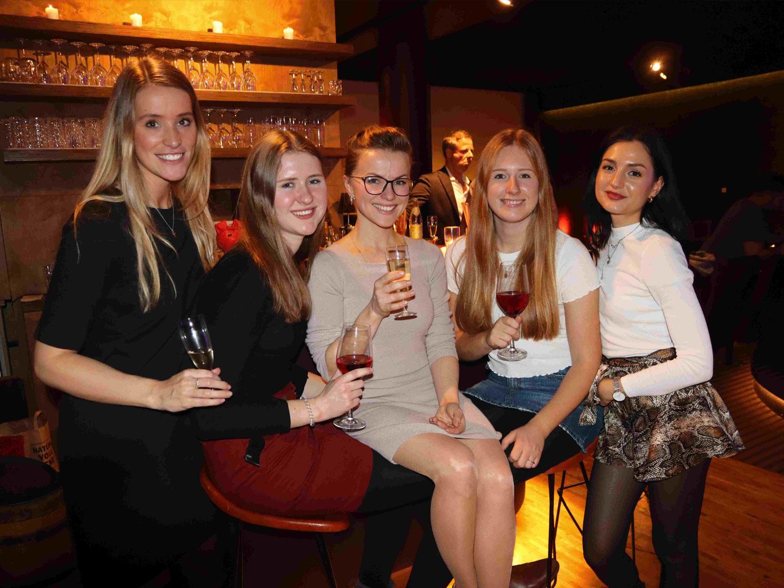 Gruppenfoto mit 5 Damen beim KinoEvent