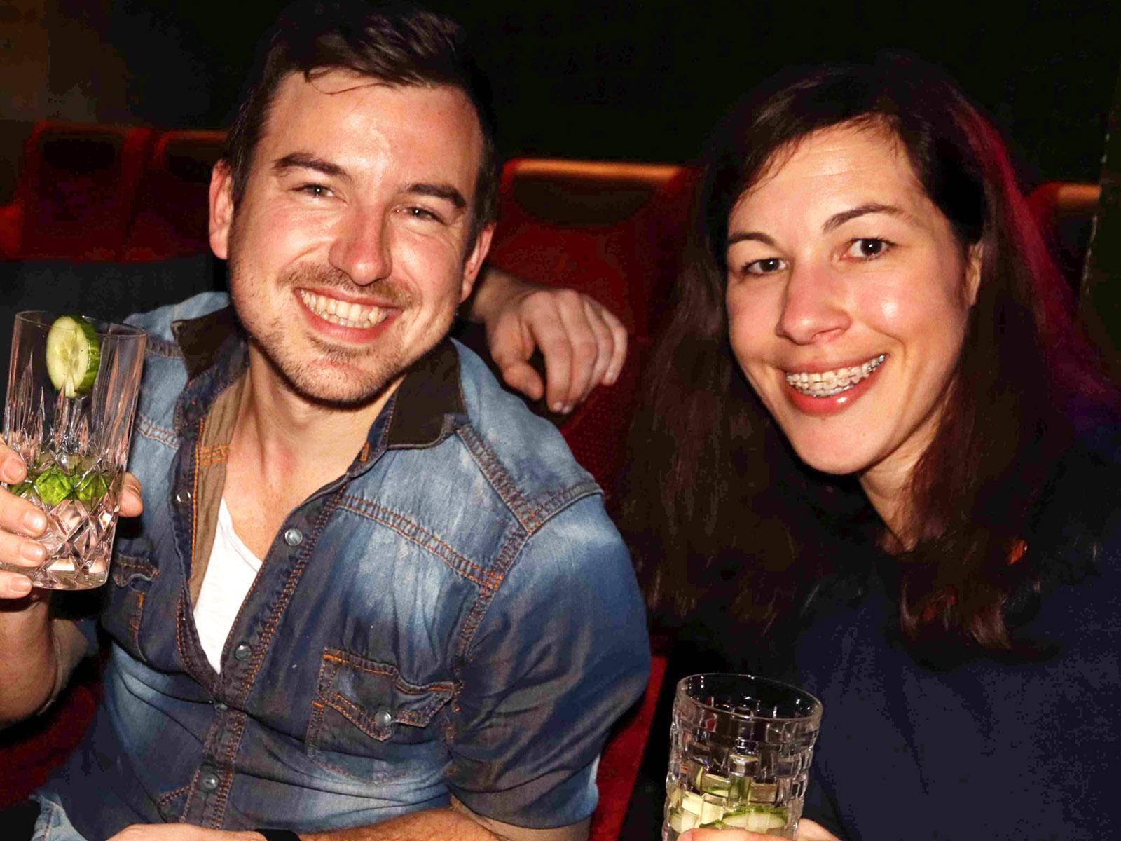2 Personen trinken Gin Tonic im Kino