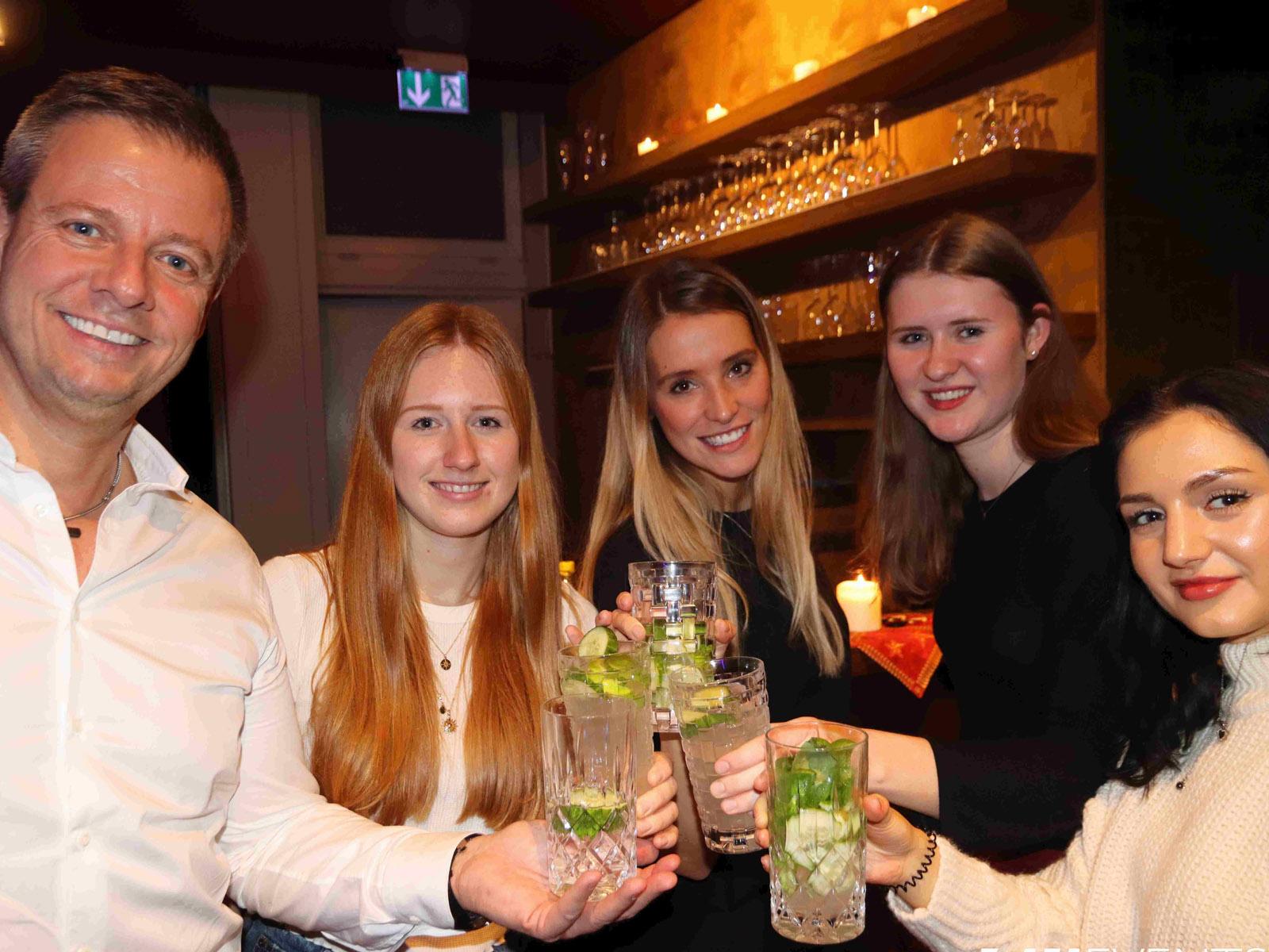 5 Personen feiern im Kino mit Gin Tonic