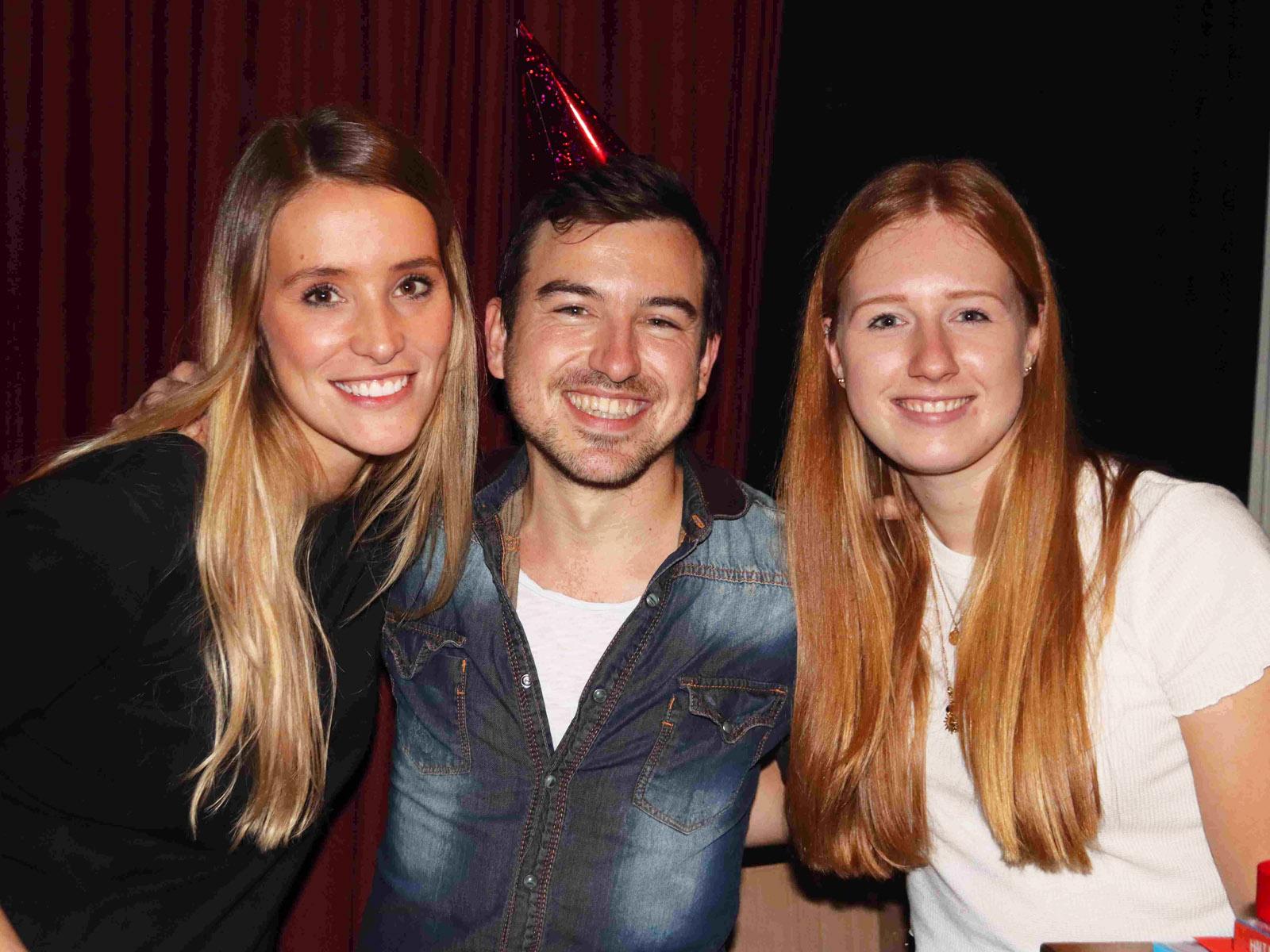 Das Geburtstagskind mit zwei Damen