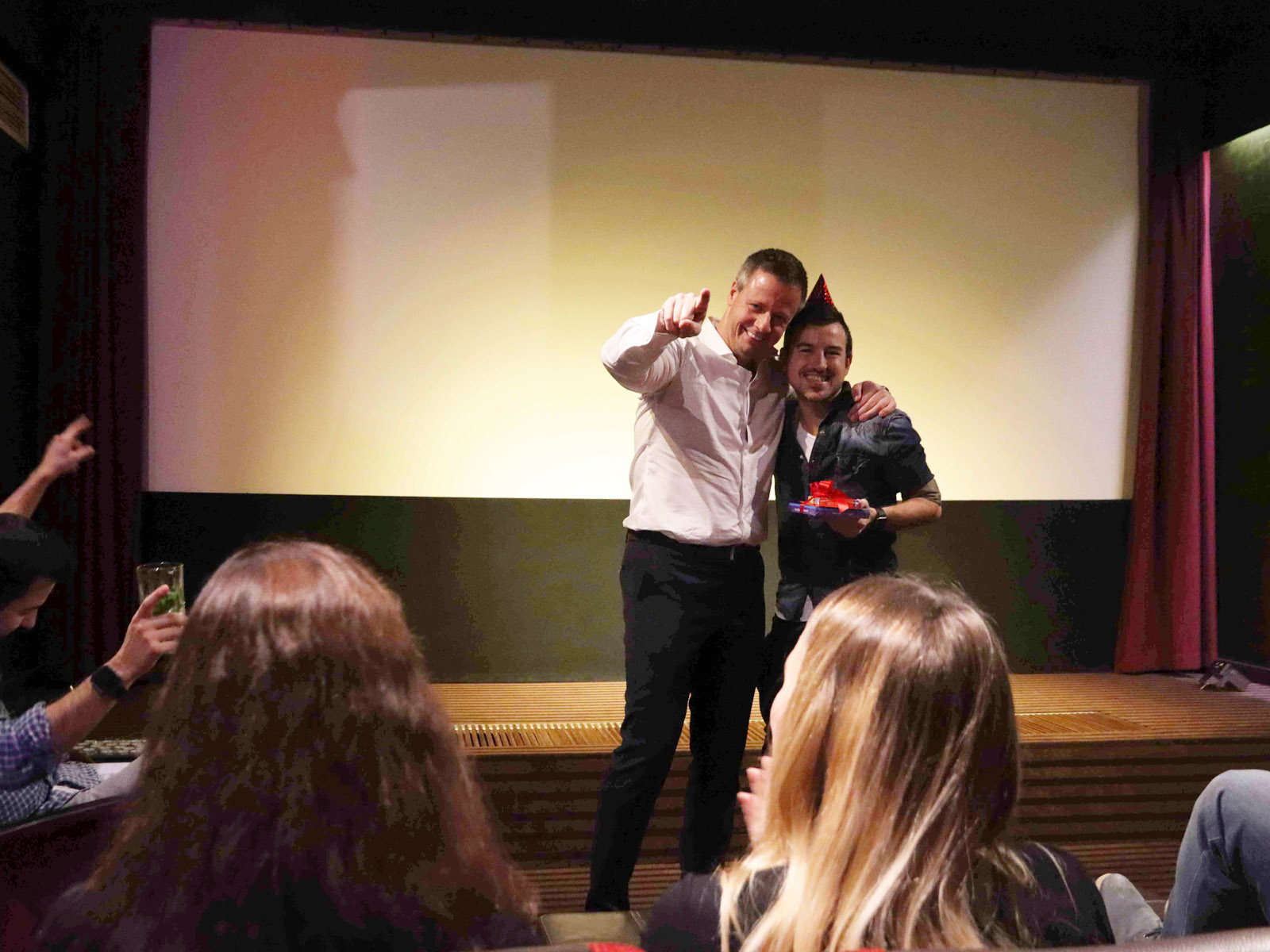 KinoEvent Geburtstagskind mit Partyhut wird gefeiert
