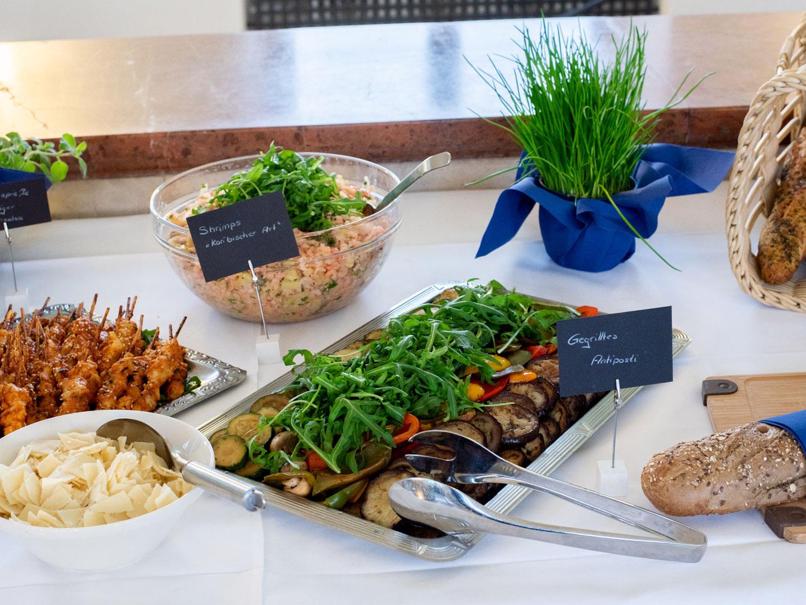 Gegrilltes Antipasti und Shrimps auf dem Buffet
