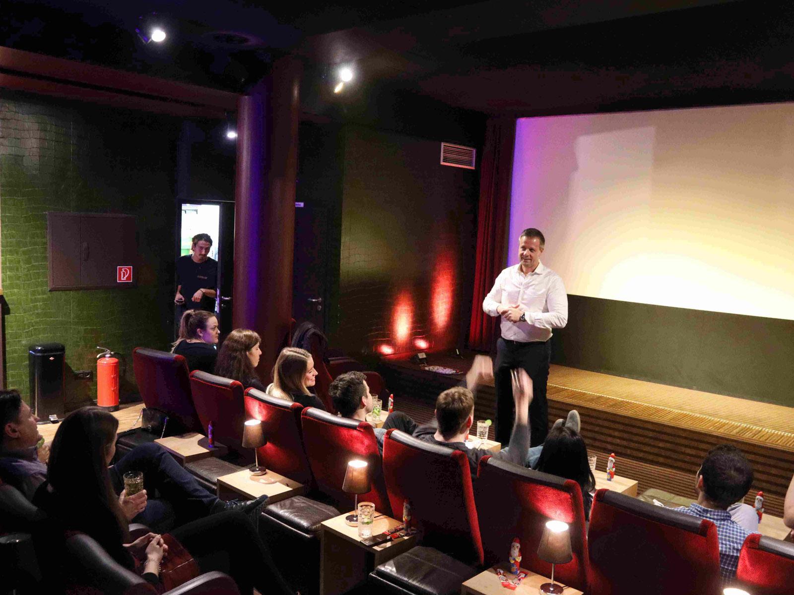 Ansprache des Geschäftsführers im Kino