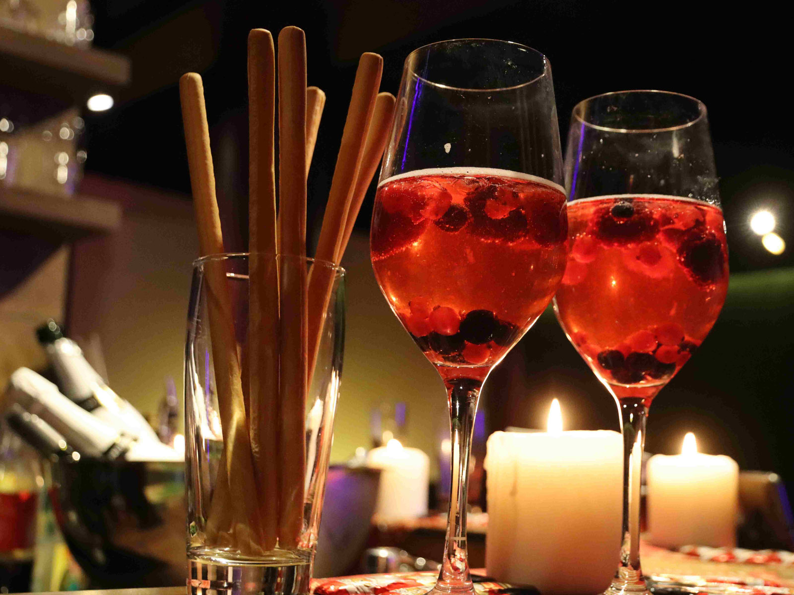 Getränke und Kerzen Nahaufnahme