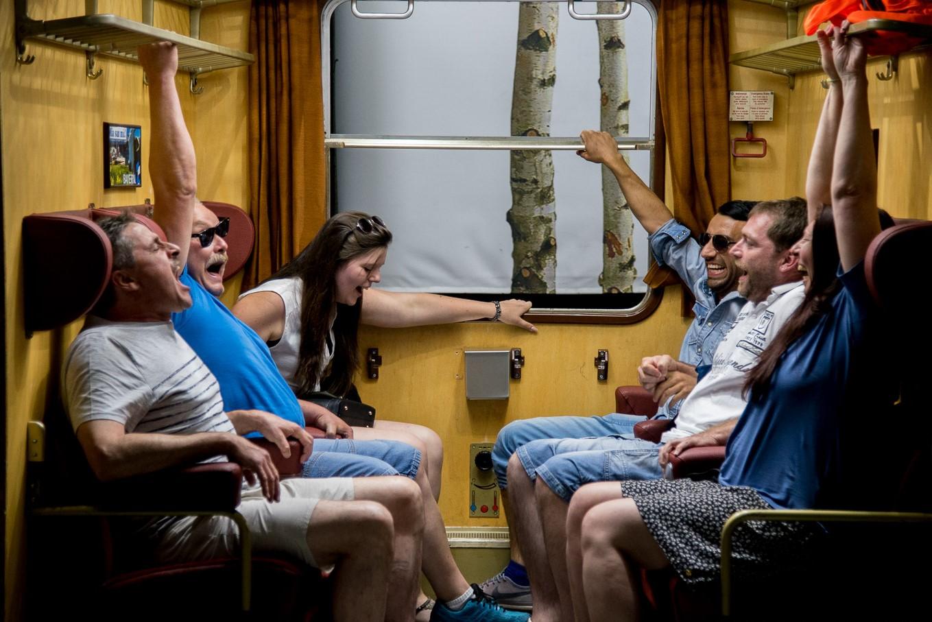 Bavaria Filmstudio - 6 Personen sitzen im Zug Studio