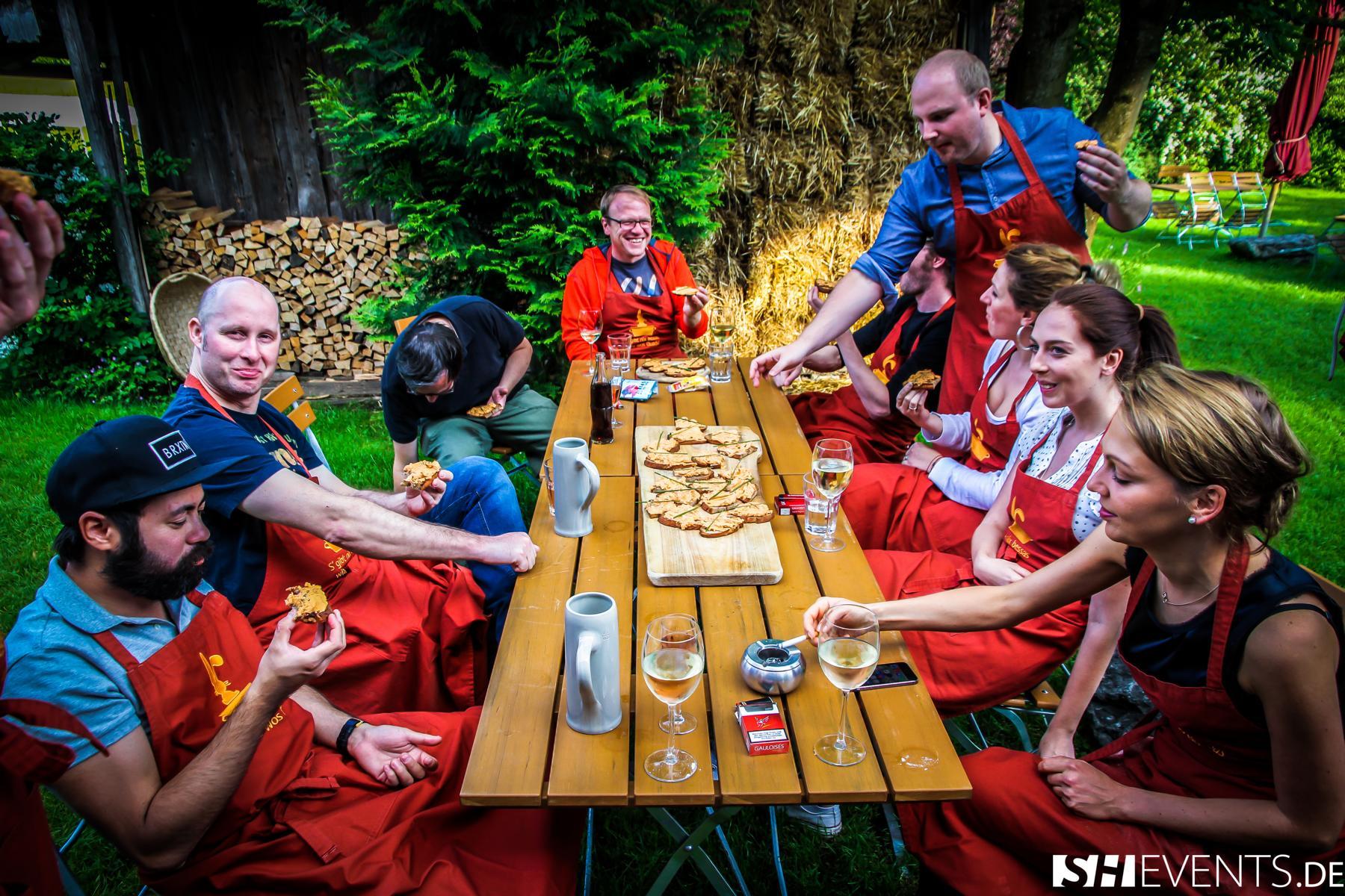 Gruppe speist Ihre Vorspeise während des Erlebniskochen