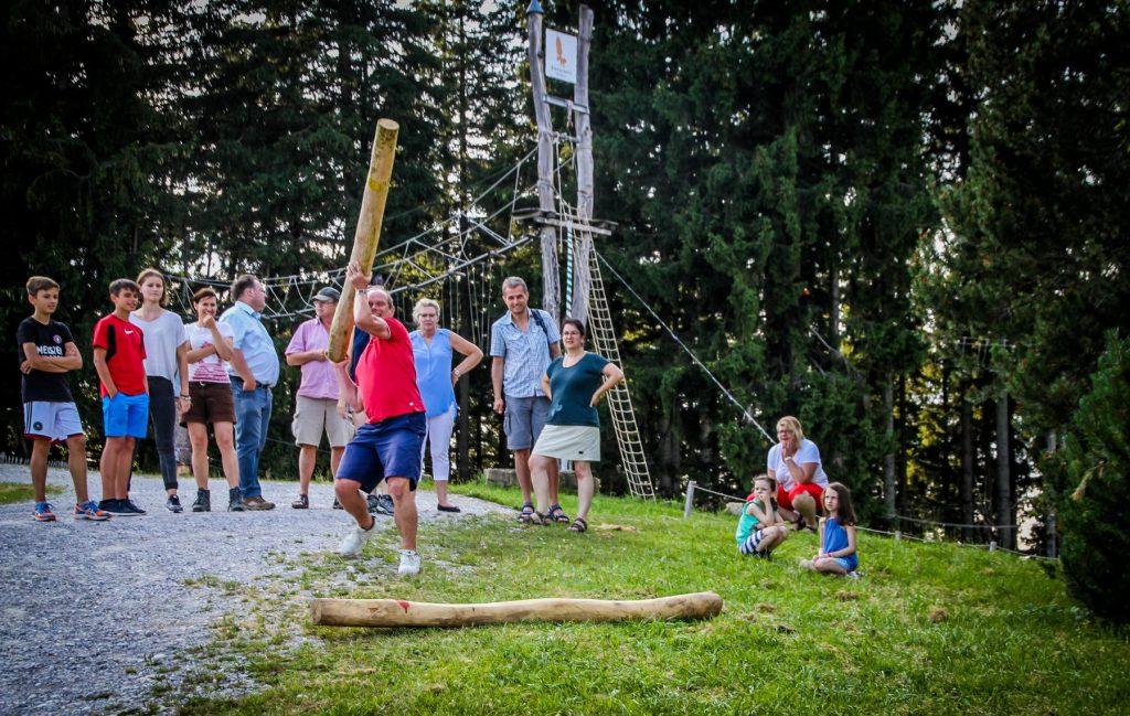Teambuildingaktivität Baumstammweitwurf