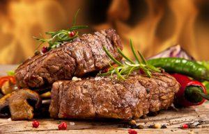 Steak gewürzt mit Rosmarin, Salz und Pfeffer